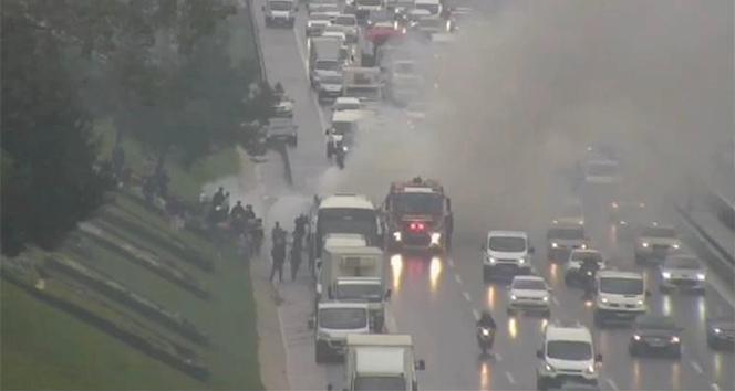 İstanbul TEM Otoyolu Kavacık mevkiinde otobüste yangın çıktı