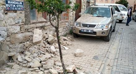 İzmir Valisi Köşger: Yıkılan binalar olduğu ihbarı var