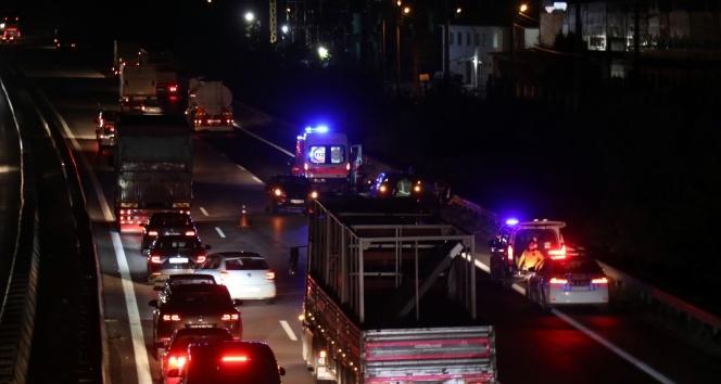 TEM'de iki araç çarpıştı: Uzun araç kuyruğu oluştu