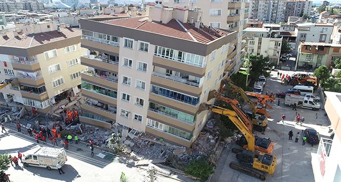 Depreme dayanamayan binaları iş makinaları ayakta tutuyor