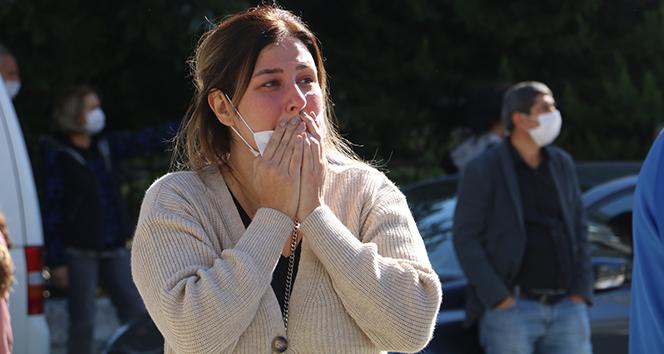 Genç kadın depremde öldüğünü sandığı muhabbet kuşunun kurtarılmasıyla sevinç gözyaşları döktü