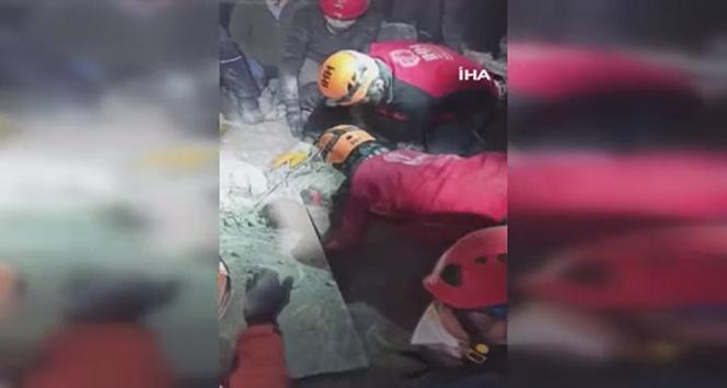 70 yaşındaki vatandaşın enkazdan kurtarılma görüntüleri ortaya çıktı