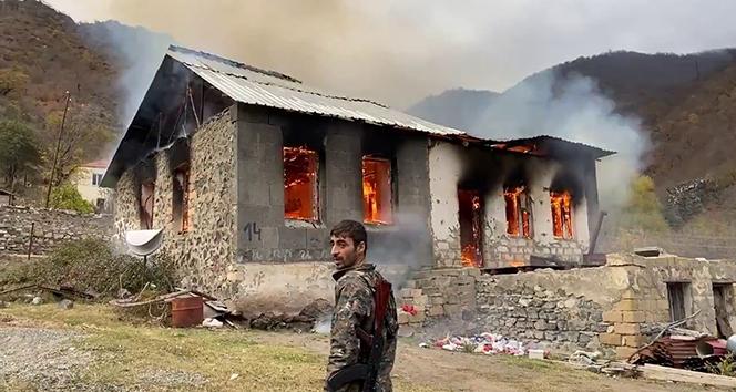 Dağlık Karabağ'da yenilgiyi hazmedemeyen Ermeniler Kelbecer'de evleri yaktı