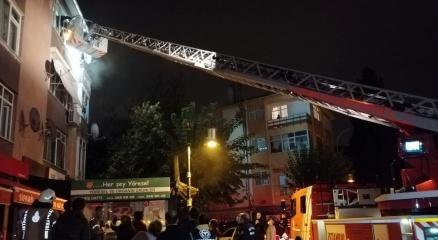 Maltepede üç katlı binada çıkan yangında can pazarı: 15 kişi kurtarıldı