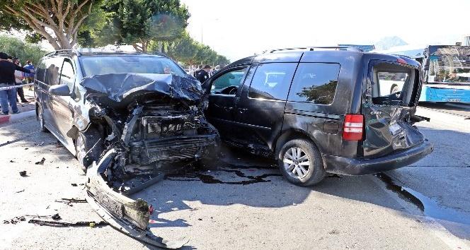 Ehliyetine süresiz el konulan sürücü kırmızı ışıkta bekleyen araçları biçti: 6 yaralı