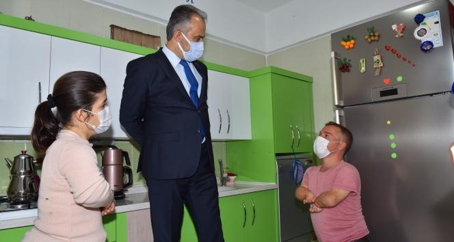 Cüce çiftin yüzünü Başkan Alinur Aktaş güldürdü...Mutlulukları boylarından büyük