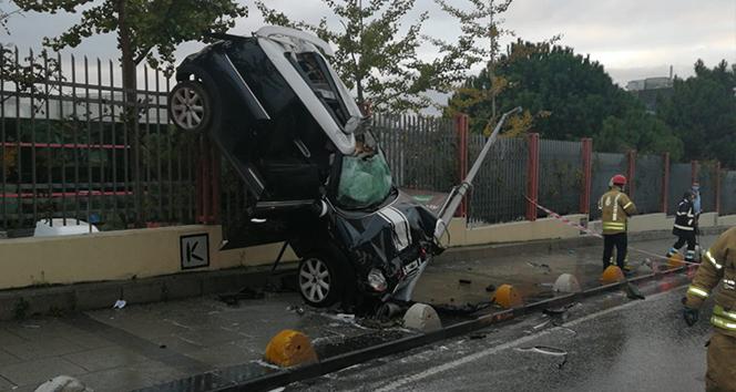 Kadıköy'de akıl almaz kaza, otomobil asılı kaldı: 1 yaralı