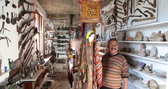 Emekli öğretmen 50 yıldır topladığı antika eşyalarla evini müze haline getirdi