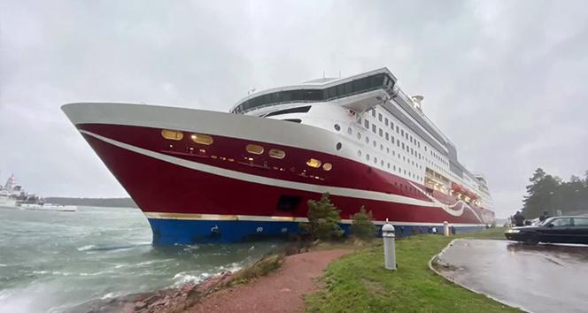 Finlandiya'da yolcu gemisi karaya oturdu, 400'den fazla kişi mahsur kaldı