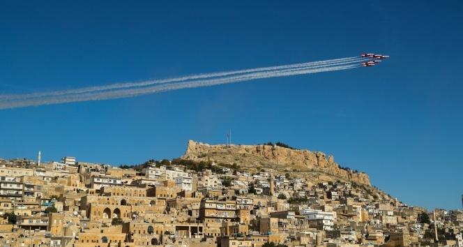 Türk Yıldızları'nın Mardin semalarındaki gösterisi hayran bıraktı