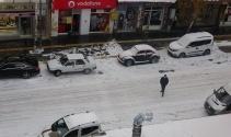 Kar bir anda bastırdı! Her yer beyaza büründü