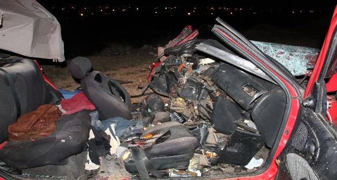 Kamyonla kafa kafaya çarpışan otomobil hurdaya döndü: 2 ölü