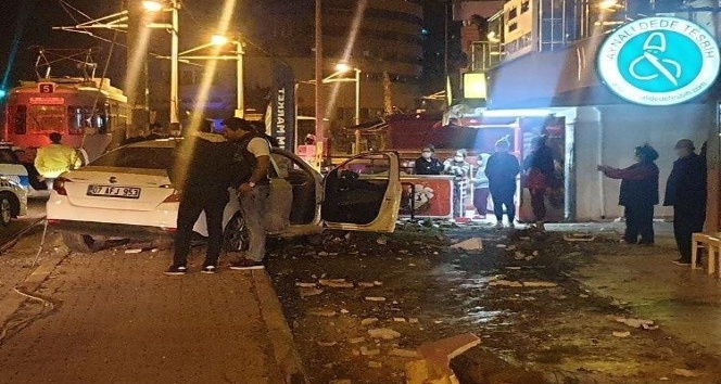 Antalya'da süratli olması nedeniyle sürücüsünün kontrolünden çıkan otomobil tramvay direğine çarptı
