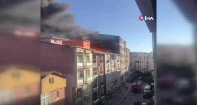 Esenler'de çatı yangını: Dumanlar kilometrelerce uzaktan görüldü