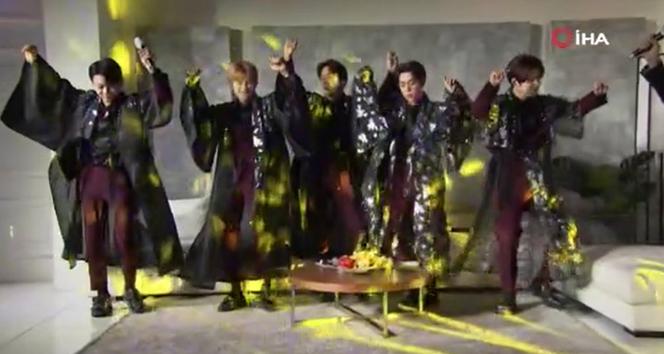 Güney Koreli ünlü K-Pop grubu erik dalı oynadı, 15 bin kişi izledi