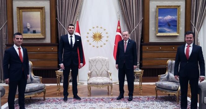 Cumhurbaşkanı Erdoğan, milli yüzücü Emre Sakçı'yı kabul etti