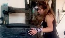 18 yaşındaki Duygu, lastik tamir edip, balans ayarı yapıyor
