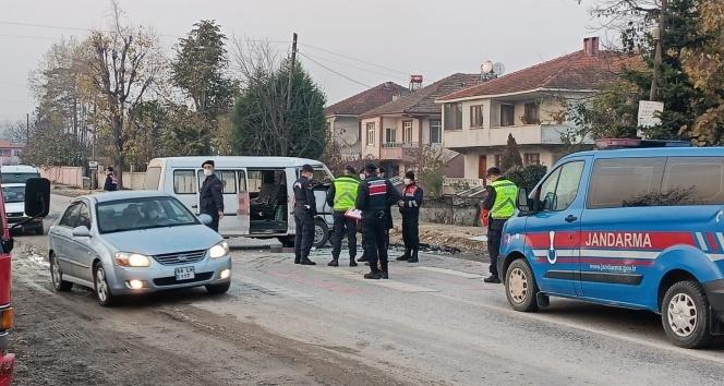 Servis minibüsü ile otomobil kafa kafaya çarpıştı: 7 yaralı