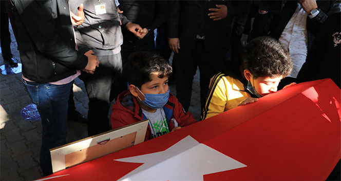 Şehit polisi çocukları ve babası tabutunu öperek uğurladı