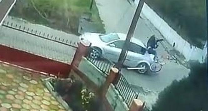 Otomobille çarpışan bisikletli metrelerce havaya uçtu