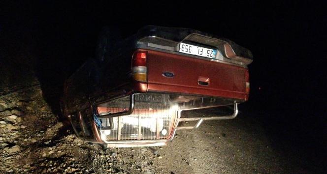 Sürücünün direksiyon hakimiyetini kaybettiği kamyonet ters döndü