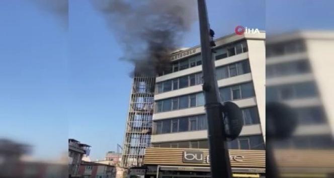 Küçükçekmece'de tekstil binasında yangın