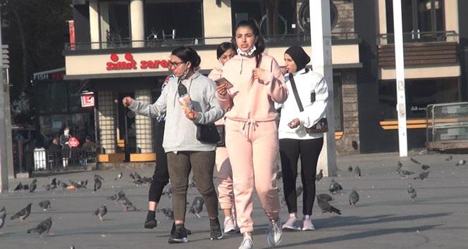 Kısıtlamada turistlerin Taksim keyfi: Maskelerini çıkartıp çekirdek çitleyip yerlere attılar