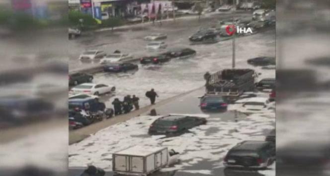 Beyrut'u şiddetli yağmur vurdu, onlarca araç suya gömüldü