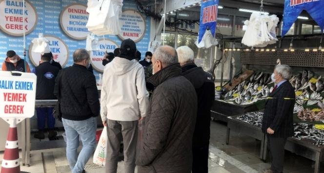 Kısıtlama günü, balık tezgahlarına vatandaşlardan yoğun ilgi