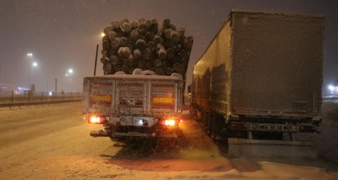 Bolu Dağı'nda kar nedeniyle ulaşımda aksaklık yaşanıyor