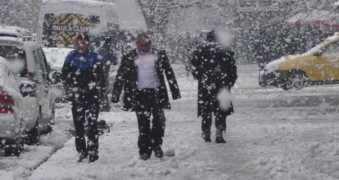 Vatandaşlar buz pistine dönen yollarda ilerlemekte zorlandı