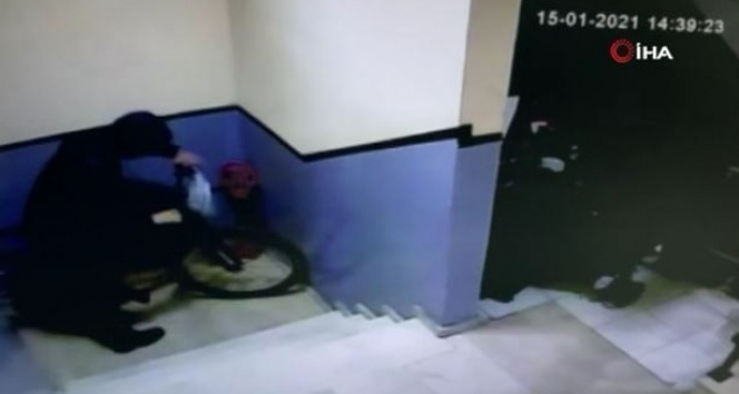 Bisiklet çalan hırsız kameraya yakalandı