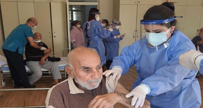 Adana'da yaşlı bakım ve engelli merkezlerinde aşılama başladı