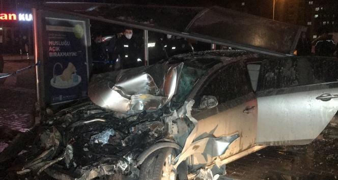 Sürücü kontrolü kaybetti, ilk önce işçi servisine ardından durağa girdi:1 ölü, 4 yaralı