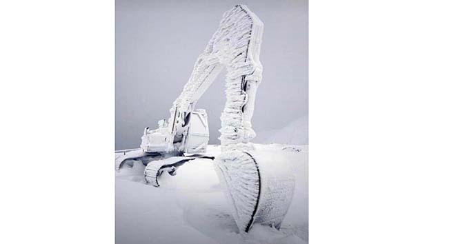 Hava sıcaklığı eksi 20'ye düştü, iş makinası buz tuttu