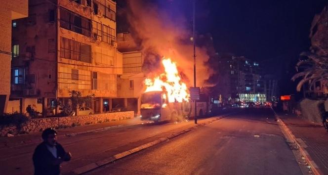 İsrail'de Covid-19 tedbirlerine karşı çıkan Haredi Yahudileri otobüsü ateşe verdi
