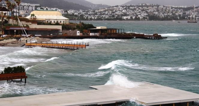 Bodrum'da fırtına kabusu: Balıkçı tekneleri battı, yelkenli gulet karaya oturdu