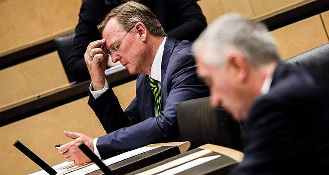 Korona virüs toplantısında oyun oynayan Eyalet Başbakanı özür diledi
