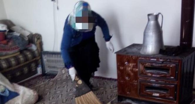 Aşı vurmaya gittiği yaşlı kadının evini süpürdü