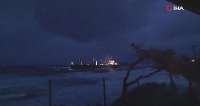 Kıyıya sürüklenen kuru yük gemisi havadan görüntülendi