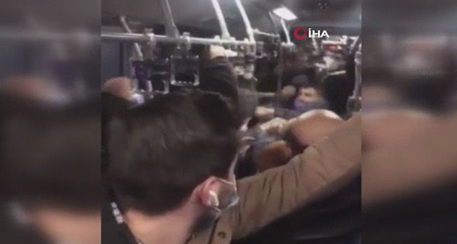 Metrobüste tekmeli yumruklu kavga kamerada