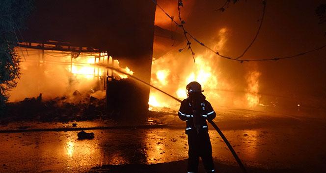 Samsun'da sanayi sitesindeki yangın söndürme çalışması devam ediyor
