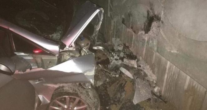 Niğde'de otomobil köprü duvarına çarptı: 3 kişi hayatını kaybetti