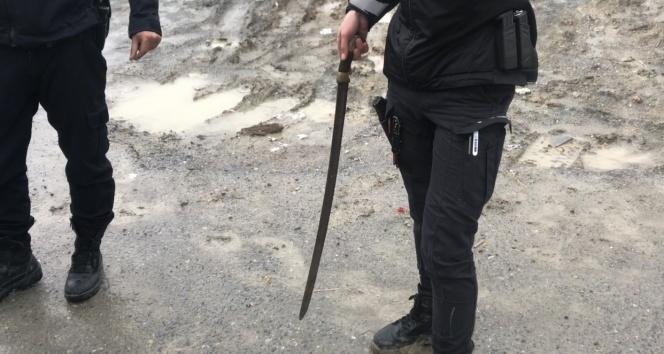 Esenyurt'ta kılıçlı pompalı tüfekli kavga:2 yaralı, 2 gözaltı