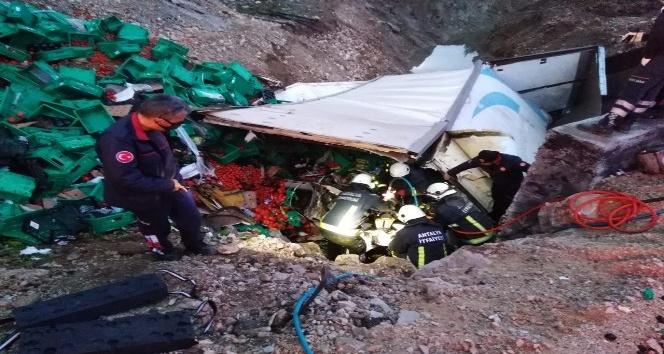 Antalya'da sebze yüklü kamyon devrildi: 1 ölü