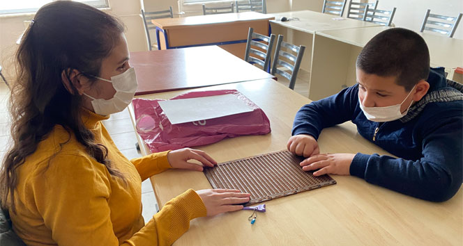 Hayatını adadığı görme engelli çocuklara parmak uçlarında eğitim veriyor