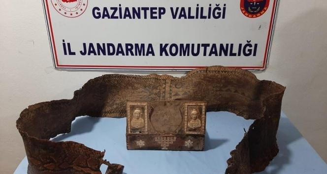 Gaziantep'te İbranice yazıların bulunduğu piton derisi ele geçirildi