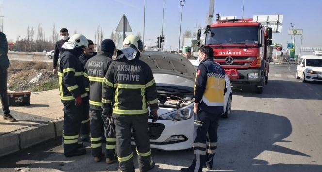 Otomobilin motor kısmında çıkan yangın büyümeden söndürüldü