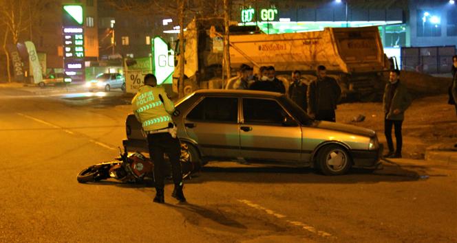 Otomobil ile çarpışan motosikletten yola savruldular: 1'i ağır 2 yaralı