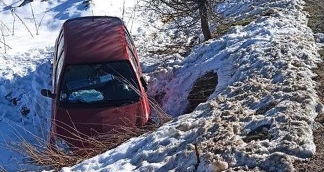 Virajı alamayarak şarampole giren otomobil sürücüsü yaralandı